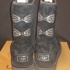 UGG CLASSIC SHORT CRYSTAL BOW BLACK BOOTS